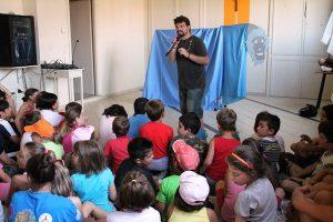 L'educatore Giuseppe mentre spiega un gioco