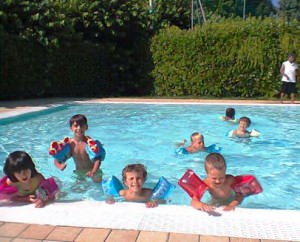 I bambini in piscina a Meina