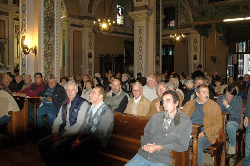 L'assemblea prima della messa a Lesa