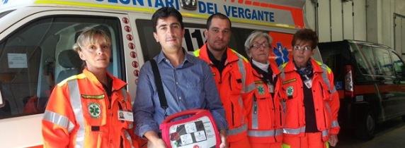 Il DAE (Defibrillatore Automatico Esterno) insieme al Presidente di Ambulanza del Vergante, Daniele Giaime, e alcuni volontari
