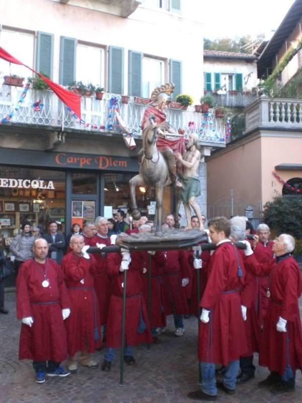La confraternita porta la statua del santo