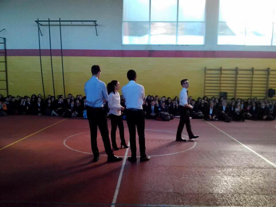 """Un momento della """"Protesta delle forchette"""", quando gli studenti si sono raccolti nella palestra delle scuole medie."""