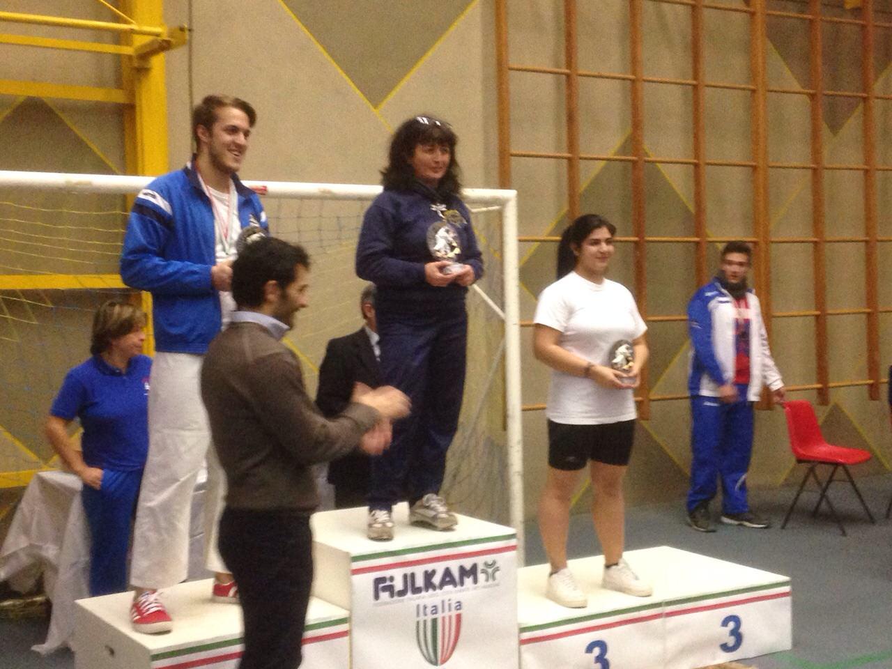 Il presidente del Comitato Regionale Maurizio Innella premia Judo Invorio